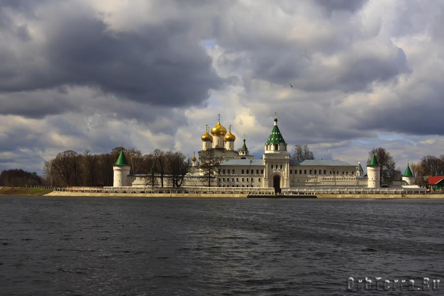 Вид Ипатьевского монастыря со стороны р. Костромы.