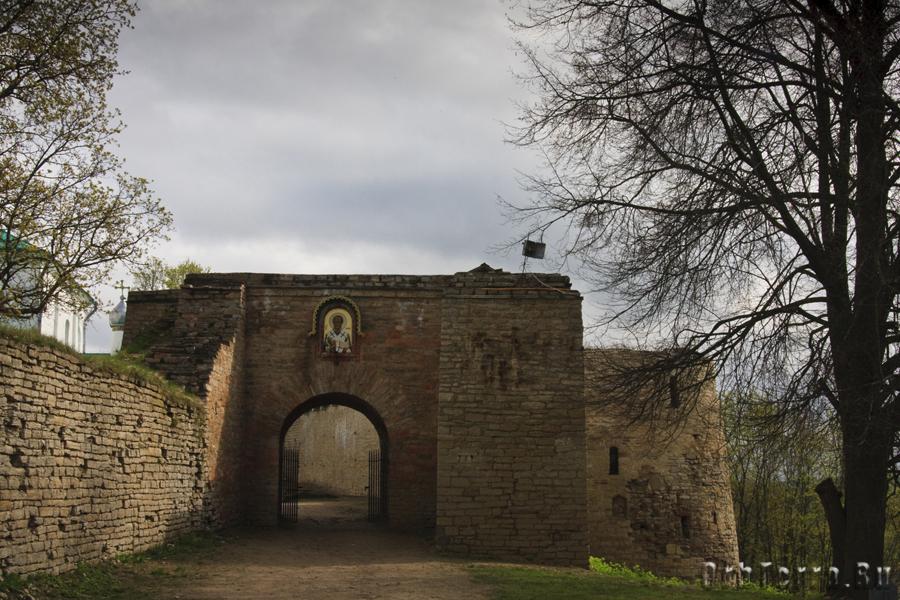Никольские ворота и Колокольная башня (справа).
