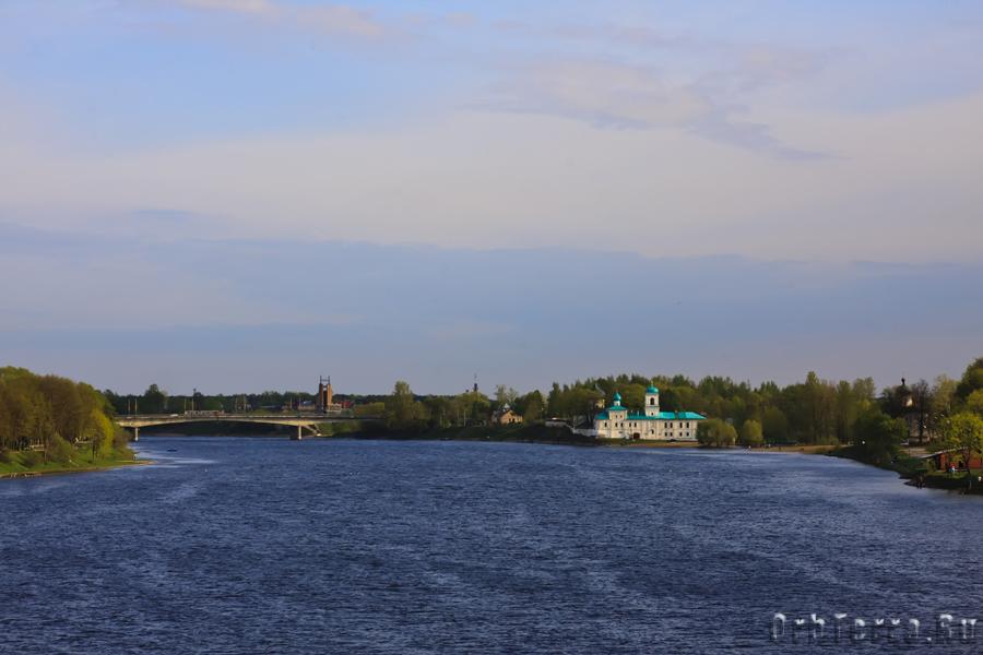 Вид на Мирожский монастырь с реки Великой.