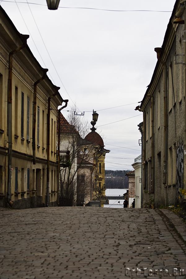 Крепостная улица ведет к замку.