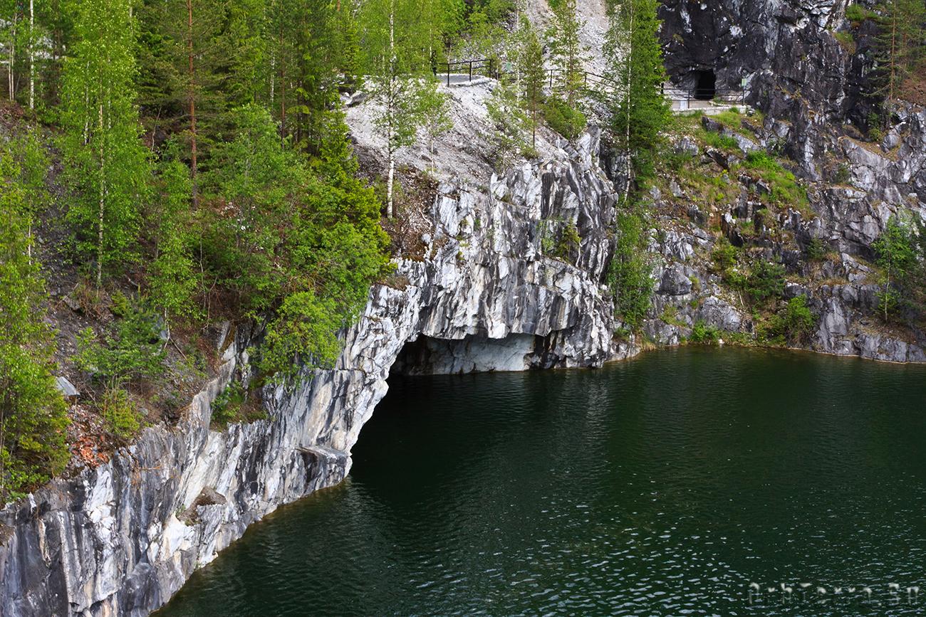 Грот в северной стене каньона.