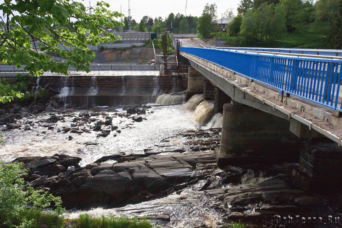 Мост над водопадом и отводной канал.