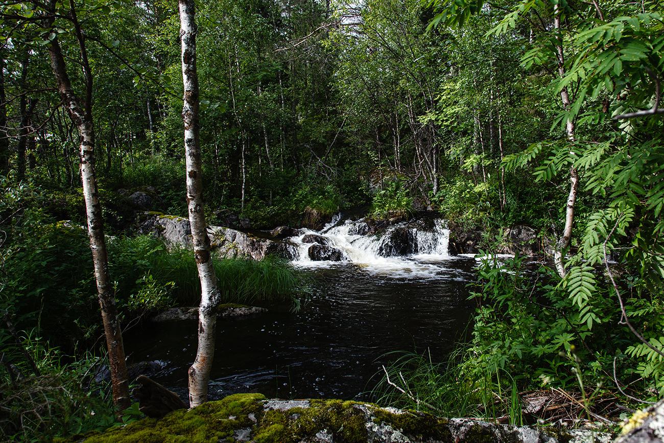 В Олангу впадает множество маленьких ручьев.