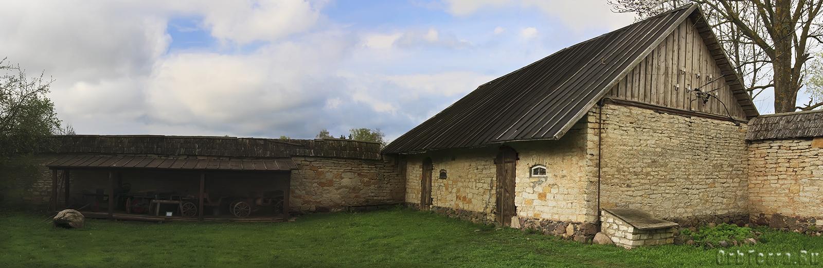 Задний двор Краеведческого музея. Здание льняного склада и ограда.