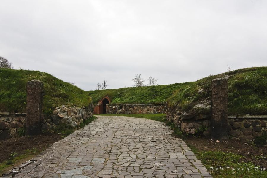Теналь (воротные укрепления) с каналом (рвом).