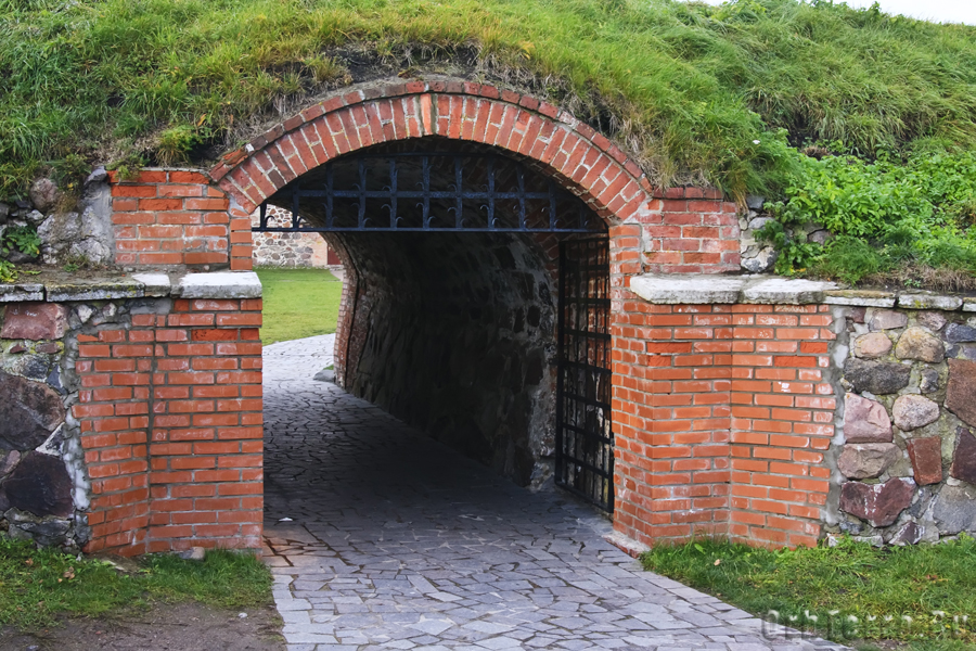 Водяные ворота. Высота не позволяет проехать всаднику.
