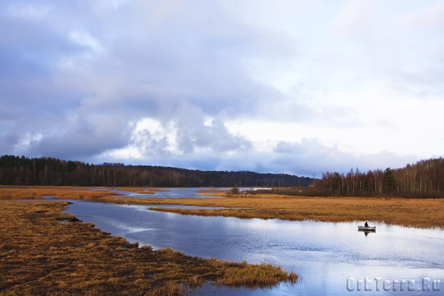 Протока соединяющая две части озера Лемболовского.