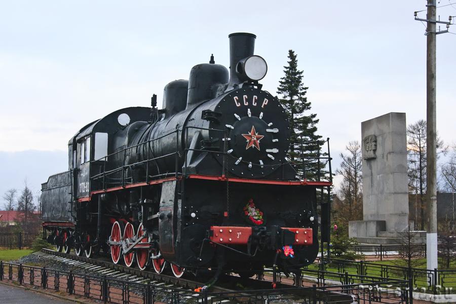 Паровоз ЭМ-71-83, установленный на станции Петрокрепость.