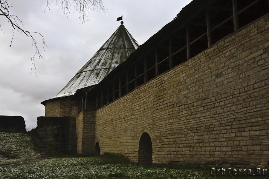 Клементовская башня с примыкающей (слева) к ней стеной крепости XII века.