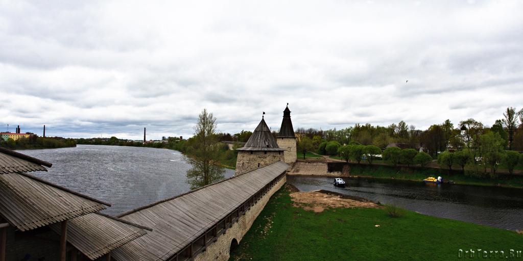 Вид с башни Кутекрома на Плоскую (ближняя) и Варлаамскую башни.