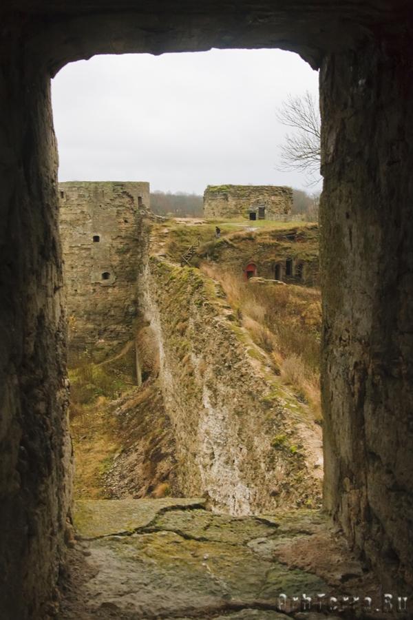 Вид из бойницы Средней башни.