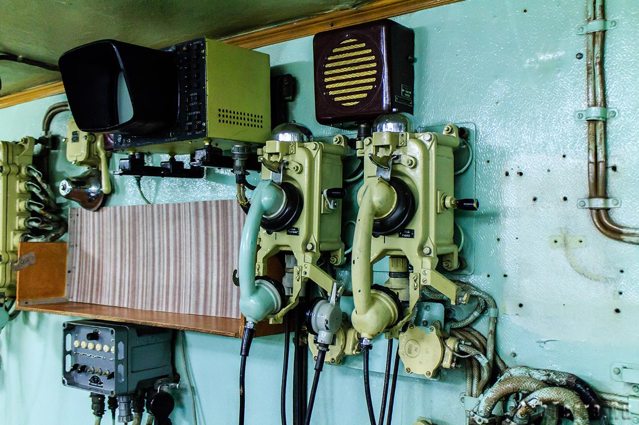 Оборудование связи и экран, показывающий изображение с камеры в реакторном отсеке.