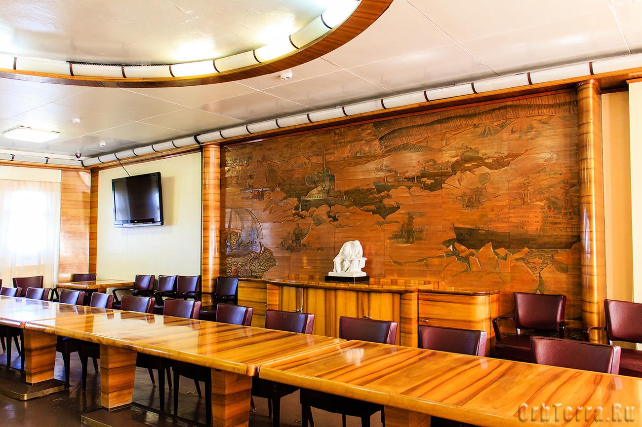 Конференц-зал. Панно с основными вехами освоения Северного морского пути.