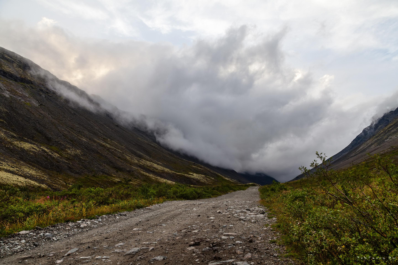 Облачность переползает через хребет Пачвумчорр. На долину спускаются сумерки.