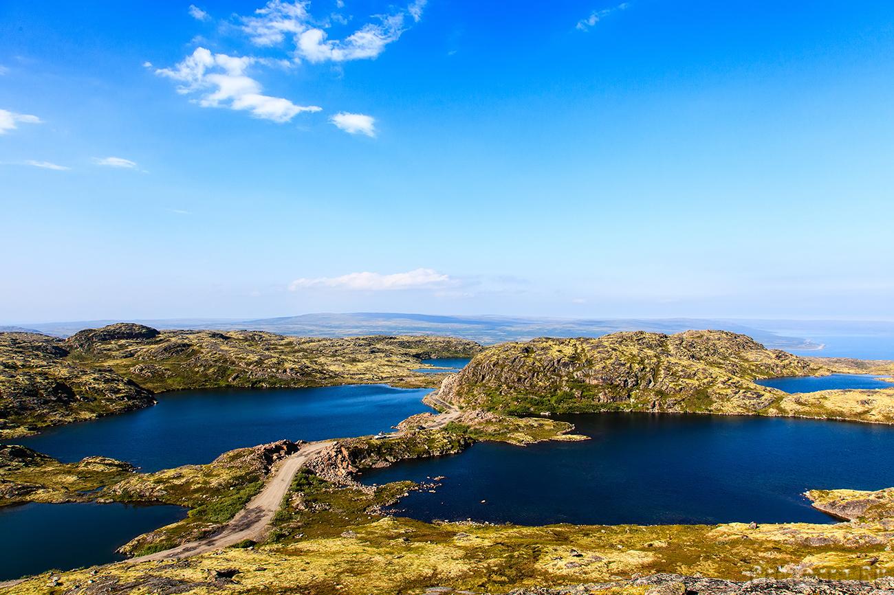 Дорога между озерами на перевале.